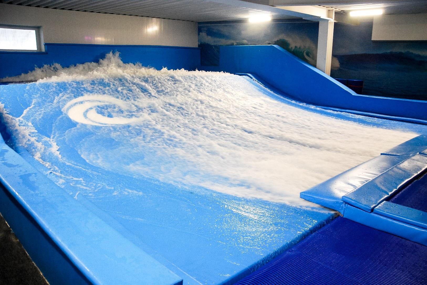 Искусственная волна Flowrider в Сергиевом Пасаде.