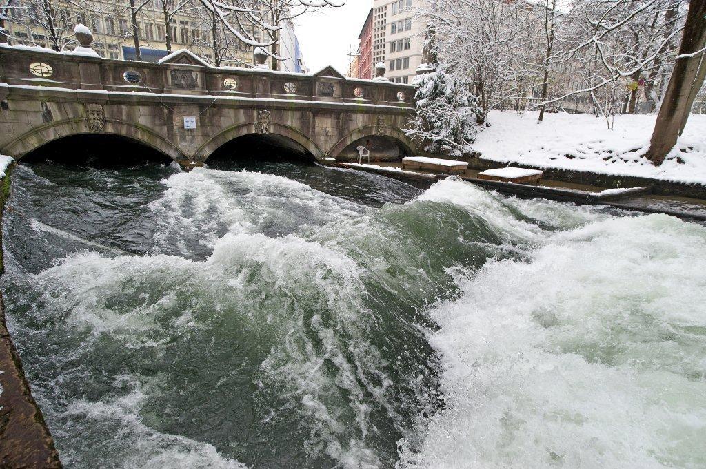 eisbach-surfen-münchen-schnee-river-surfing-munich-snow