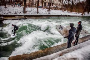 eisbach-surfers-winter-munich